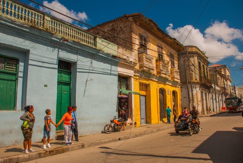 Santa Clara, Kuba: Lokalna ulica z domami w mieście obraz royalty free