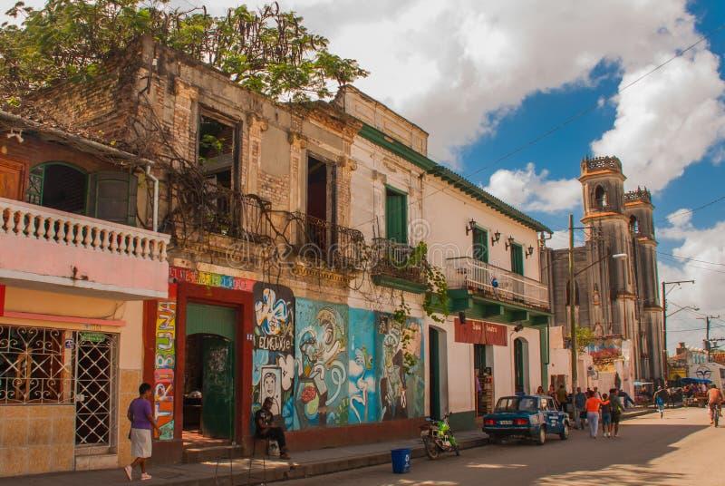 Santa Clara, Kuba: Lokalna ulica z domami w mieście zdjęcia royalty free