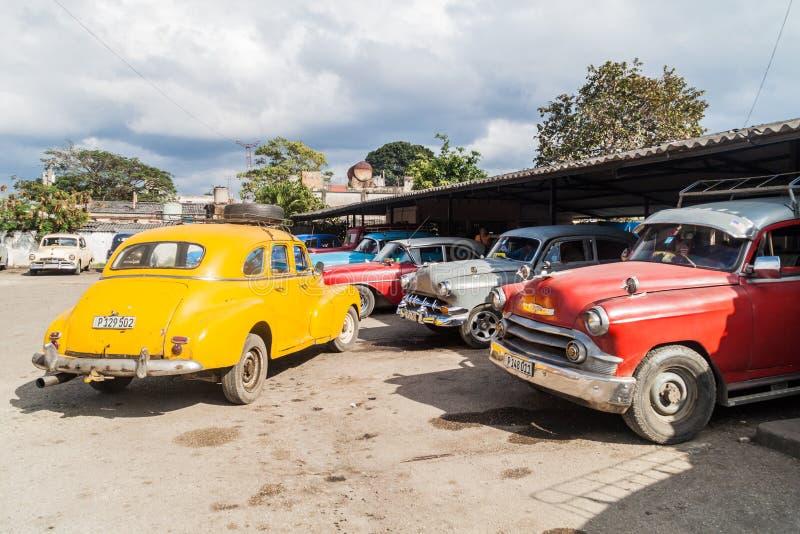 SANTA CLARA KUBA, LUTY, - 12, 2016: Roczników samochody słuzyć jako podzielony taxi w Santa Clara, lisiątko zdjęcia royalty free