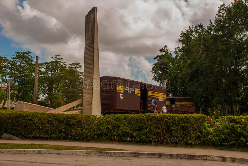 Santa Clara, Kuba: Pomnik pociąg pakował z rządowymi żołnierzami chwytającymi Che Guevara ` s siłami podczas rewoluci Cu zdjęcie royalty free