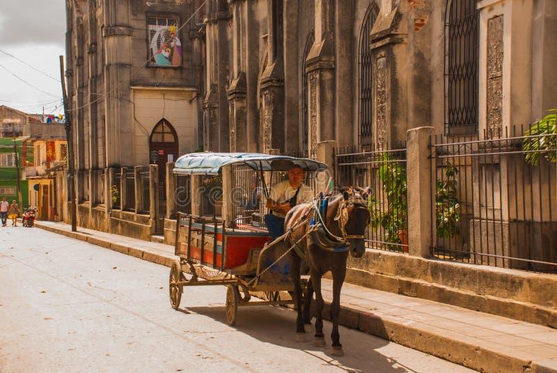 Santa Clara, Kuba: Rysujący fracht Końska fura odtransportowywać ludzi w Kuba obraz royalty free