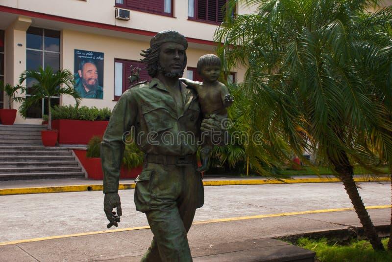 SANTA CLARA, KUBA, statua Trzyma dziecka Che Guevara: Che Guevara zabytek na zewnątrz partii komunistycznej lub statua Lokujemy i fotografia royalty free