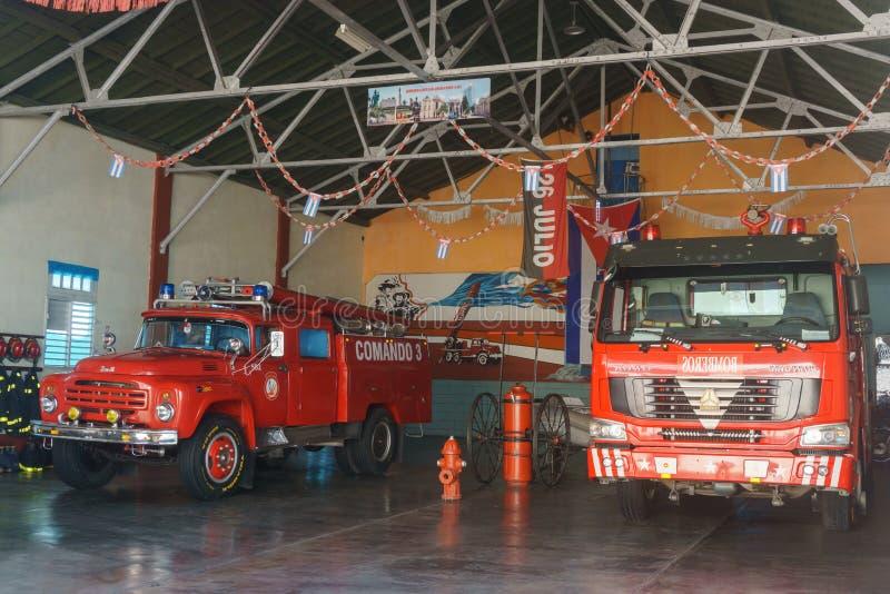 Santa Clara, Kuba, Styczeń 4, 2017: pożarniczego działu stacja z ciężarówkami od Santa Clara, Cuba fotografia royalty free