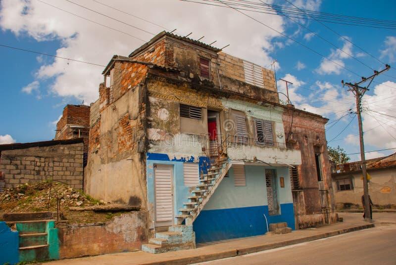 SANTA CLARA KUBA: typisk gata i centrum av huvudstaden av det kubanska landskapet royaltyfria bilder
