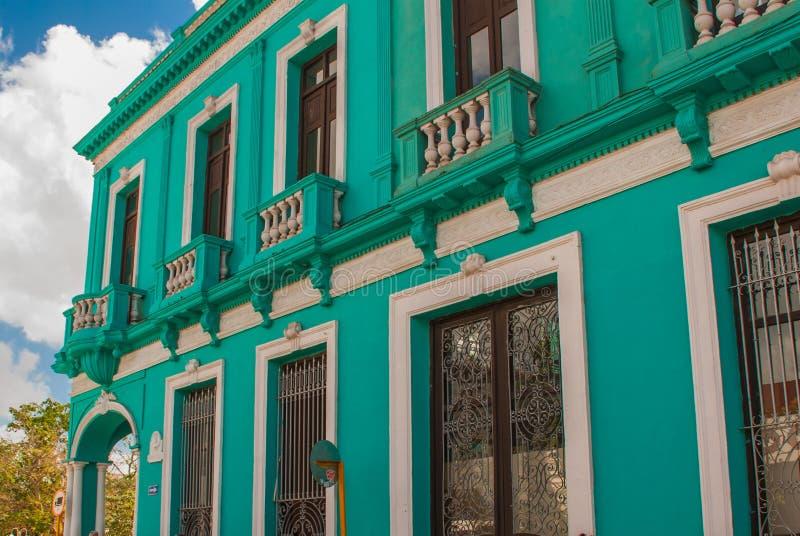 SANTA CLARA, KUBA: typowa ulica w śródmieściu stolica Kubańska prowincja Kolonialni budynki zdjęcia stock