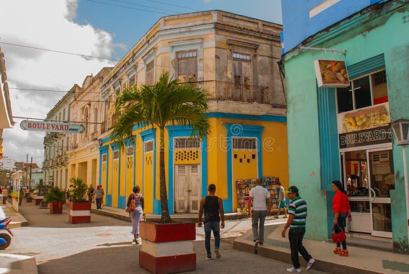 SANTA CLARA, KUBA: Uliczny handlowiec na ulicie w rewoluci mieście Santa Clara Kuba Kolonialni budynki zdjęcia royalty free