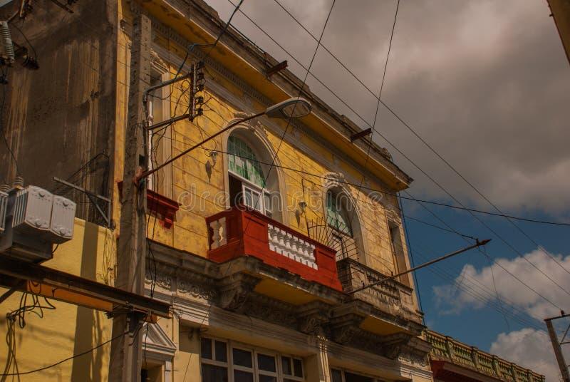SANTA CLARA, KUBA: Uliczny handlowiec na ulicie w rewoluci mieście Santa Clara Kuba Kolonialni budynki zdjęcie royalty free