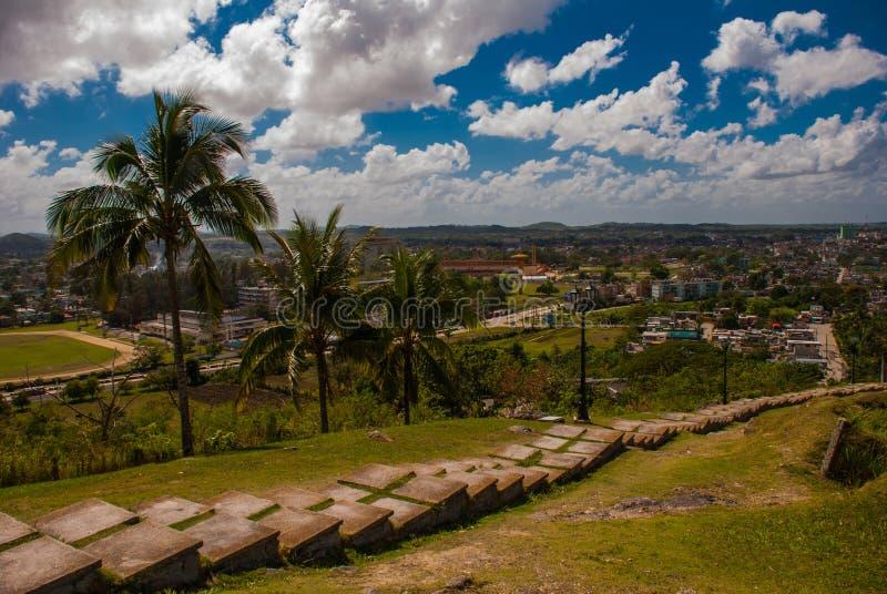 Santa Clara, Kuba: Widok od wzgórza miasto idą puszków kroki obrazy stock