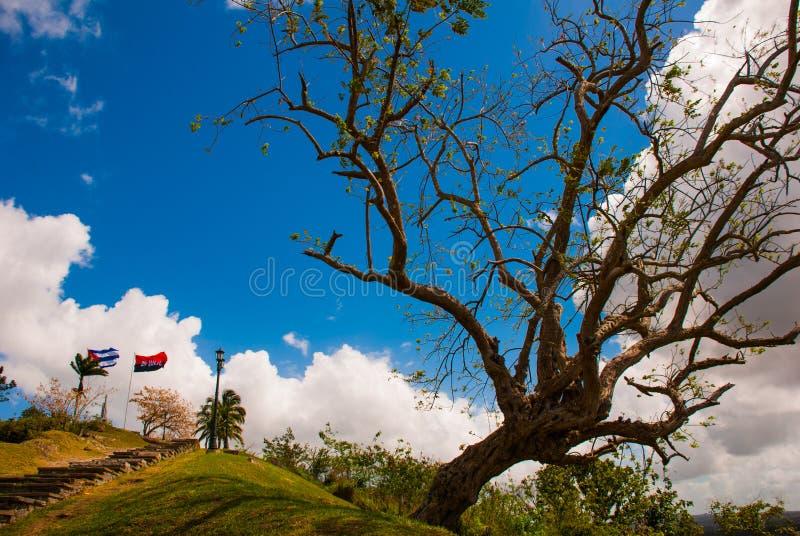 Santa Clara, Kuba: Zabytek Lomo Del Capiro w Santa Clara Przyciąganie na wzgórzu miasto Rozwijać flaga Kuba zdjęcie royalty free