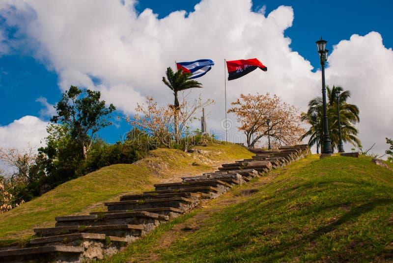 Santa Clara, Kuba: Zabytek Lomo Del Capiro w Santa Clara Przyciąganie na wzgórzu miasto Rozwijać flaga Kuba zdjęcie stock