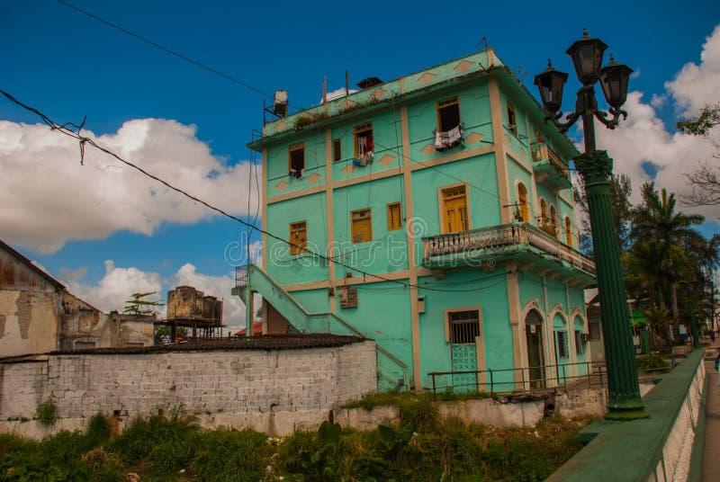 SANTA CLARA, KUBA: Zwykła ulica w mieście Zielony kondygnacja budynek fotografia stock