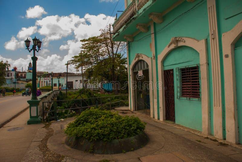 SANTA CLARA, KUBA: Zwykła ulica w mieście Zielony kondygnacja budynek zdjęcie stock
