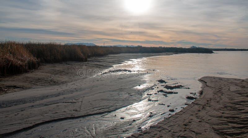 Santa Clara River bred flodmynning med att fälla ned vattennivån på flodmunnen på soluppgång i Ventura California USA royaltyfri fotografi
