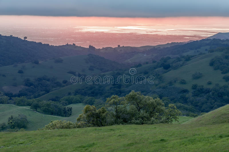 Santa Clara Valley Sunset en la primavera fotos de archivo