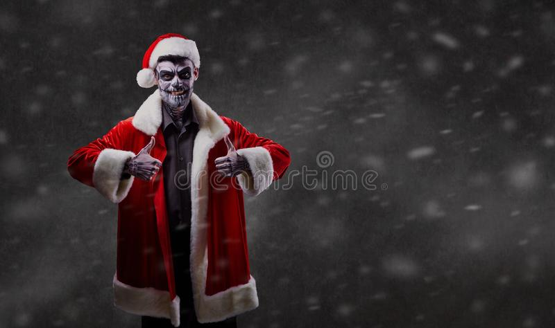 Santa Claus é um feiticeiro com um crânio no Natal foto de stock royalty free