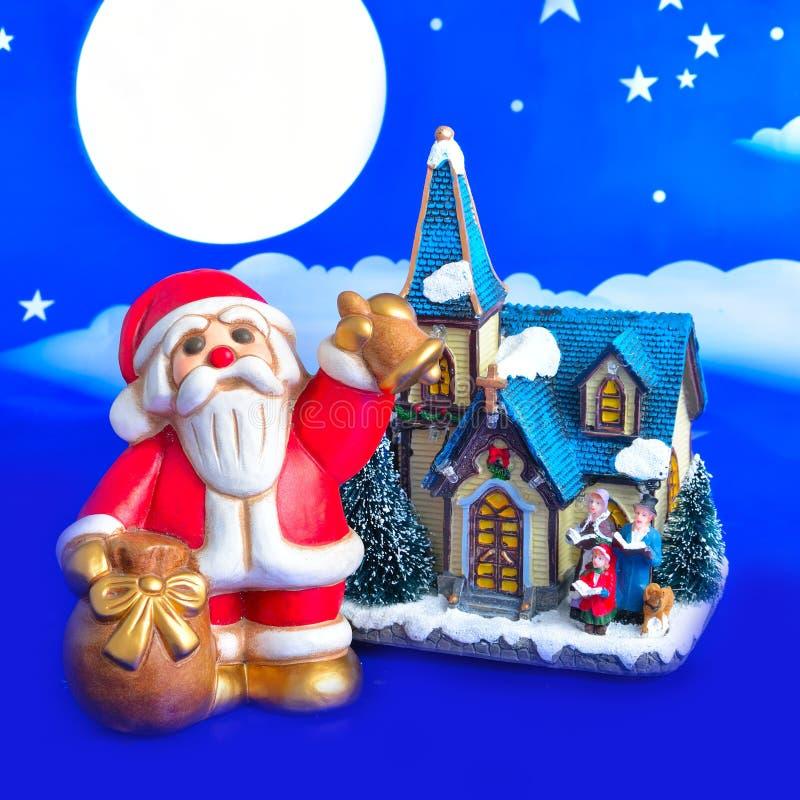 Santa Claus apporte des cadeaux et les péages de Bell image stock