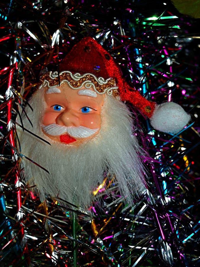 Santa Claus auf dem Hintergrund von neues Jahr ` s Lametta stockfotos