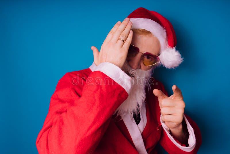 Santa Claus auf einem blauen Hintergrund Guten Rutsch ins Neue Jahr und frohe Weihnachten! stockfotografie