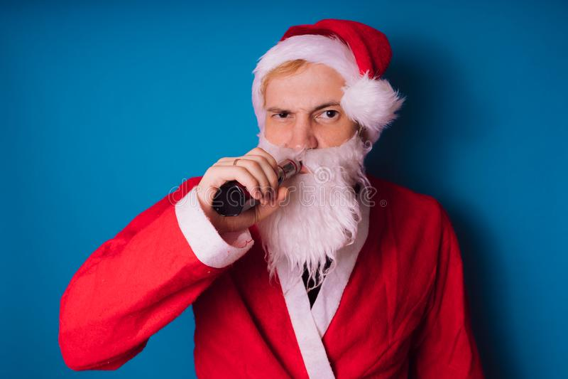 Santa Claus auf einem blauen Hintergrund Guten Rutsch ins Neue Jahr und frohe Weihnachten! lizenzfreie stockfotos