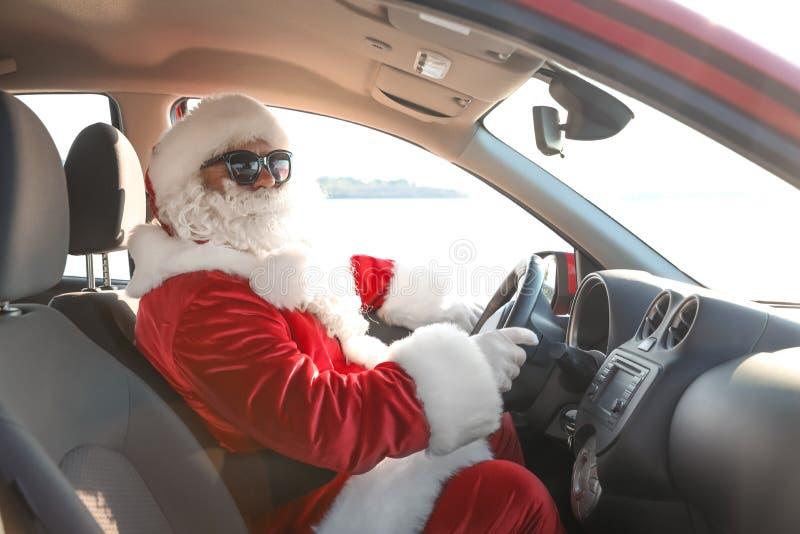 Santa Claus auténtica que conduce el coche, visión dentro fotos de archivo