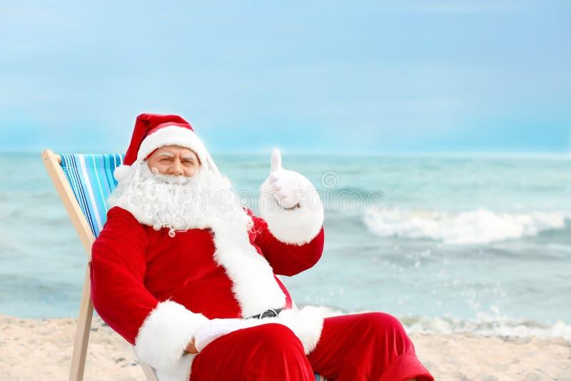 Santa Claus autêntica que relaxa na cadeira de plataforma fotos de stock