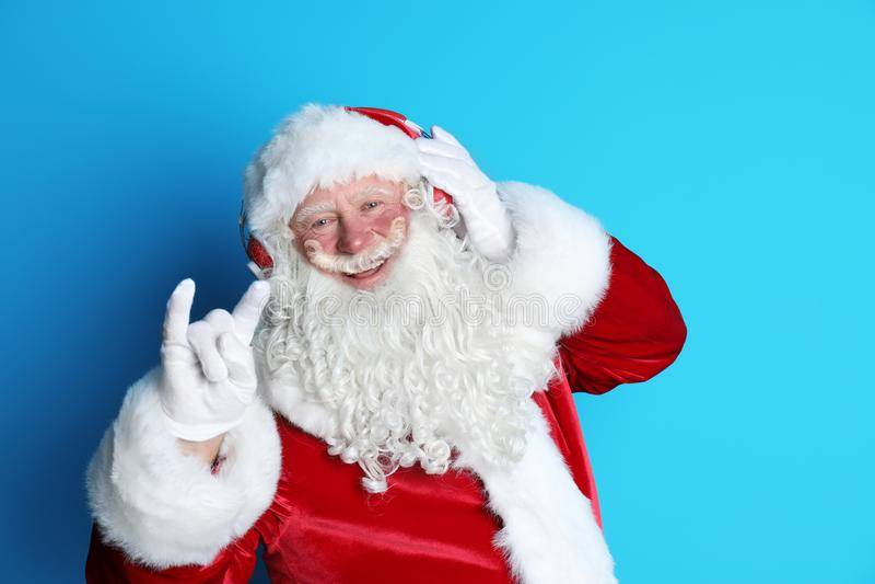 Santa Claus autentica che ascolta la musica fotografia stock libera da diritti