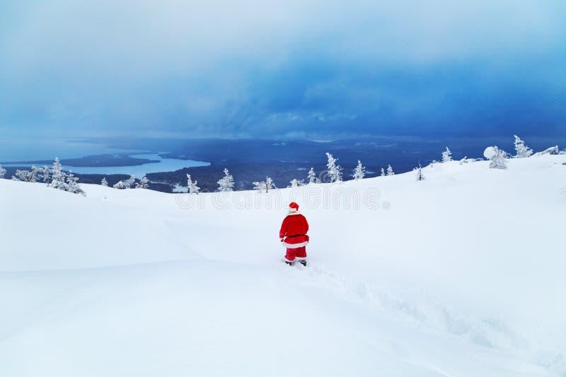 Santa Claus autentica su una montagna nevosa immagine stock libera da diritti
