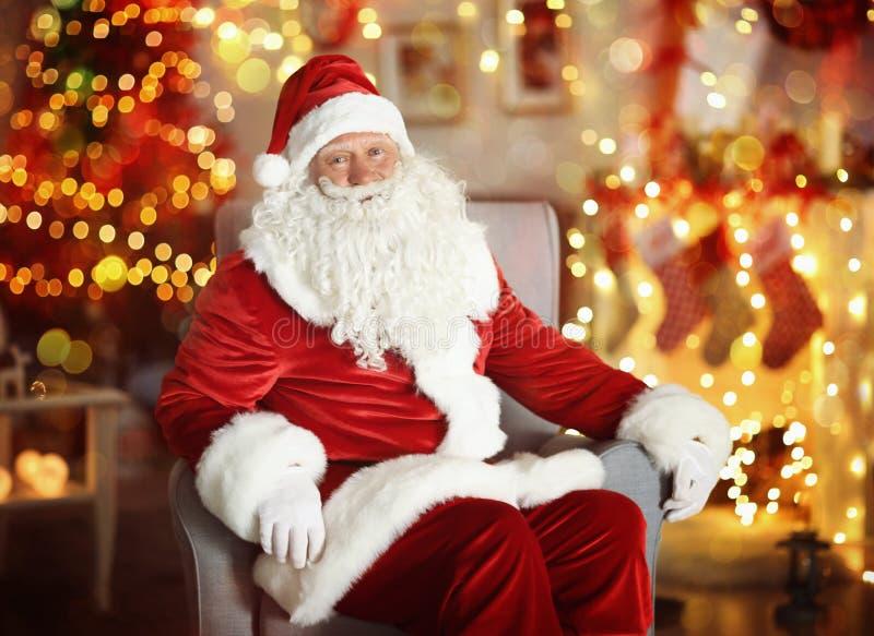 Santa Claus authentique aimable dans la chambre photo stock