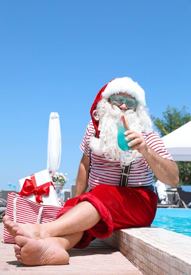 Santa Claus authentique avec le cocktail et le cadeau dans le sac images libres de droits