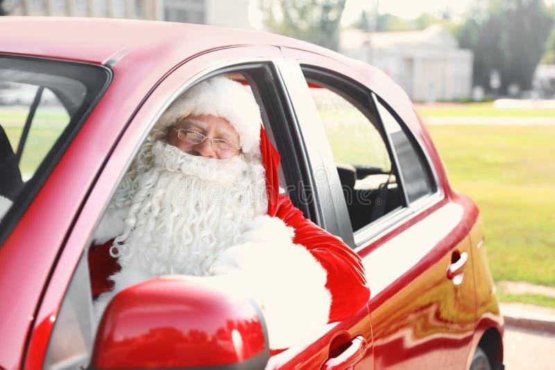 Santa Claus authentique dans la voiture, vue dehors images stock