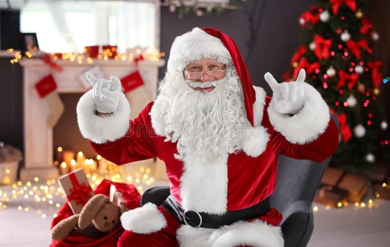 Santa Claus authentique montrant des gestes drôles images stock