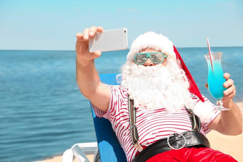 Santa Claus authentique prenant le selfie photographie stock libre de droits