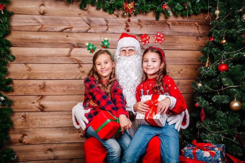 Santa Claus avec d'enfants le concept de célébration de Noël à l'intérieur image stock