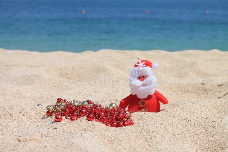 Santa Claus avec des décorations photos stock