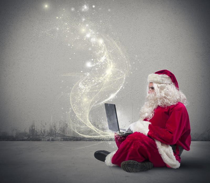 Santa Claus avec l'ordinateur portable photo libre de droits
