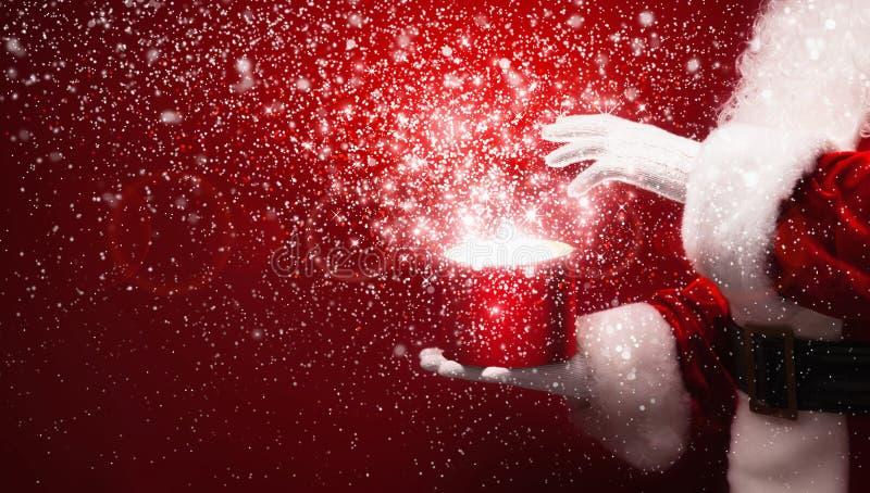 Santa Claus avec la boîte magique photographie stock libre de droits