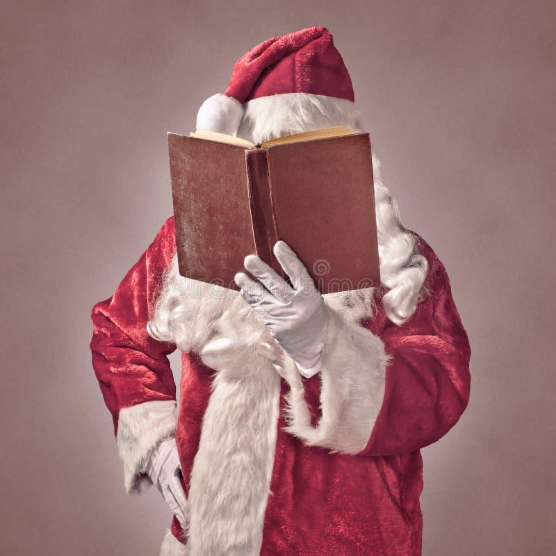 Santa Claus avec le livre de vintage photos stock