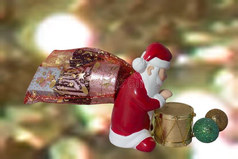 Santa Claus avec le tambour et les cadeaux photo libre de droits