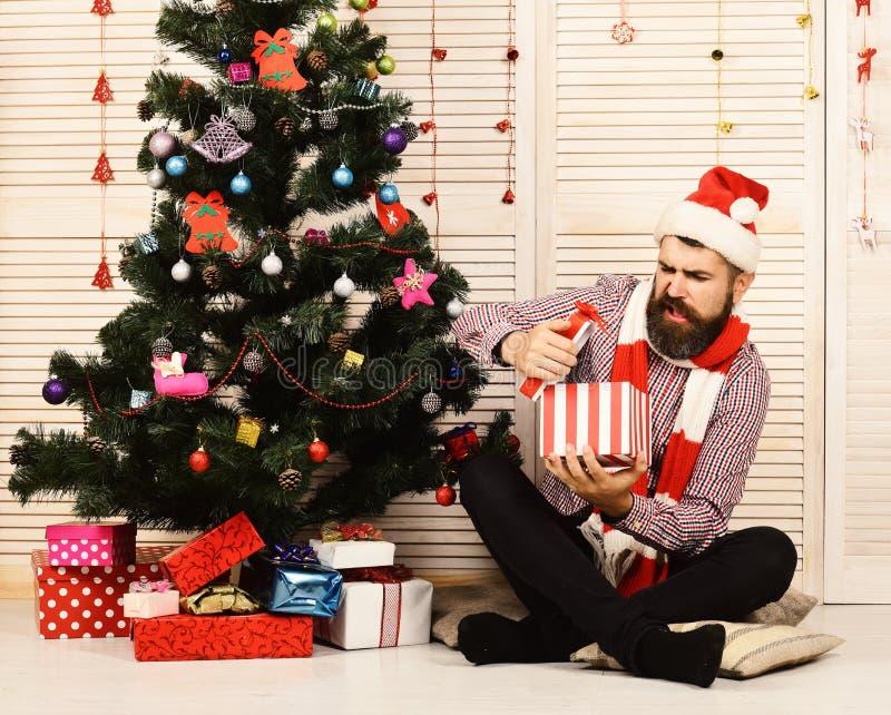 Santa Claus avec le visage déçu sur le fond rouge de guirlandes image stock
