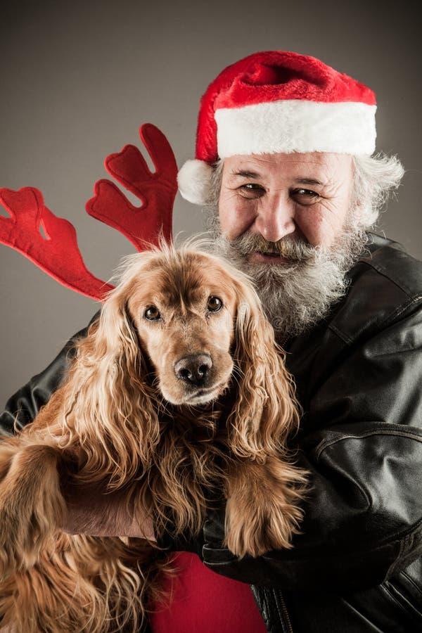 Santa Claus avec son chien photos stock
