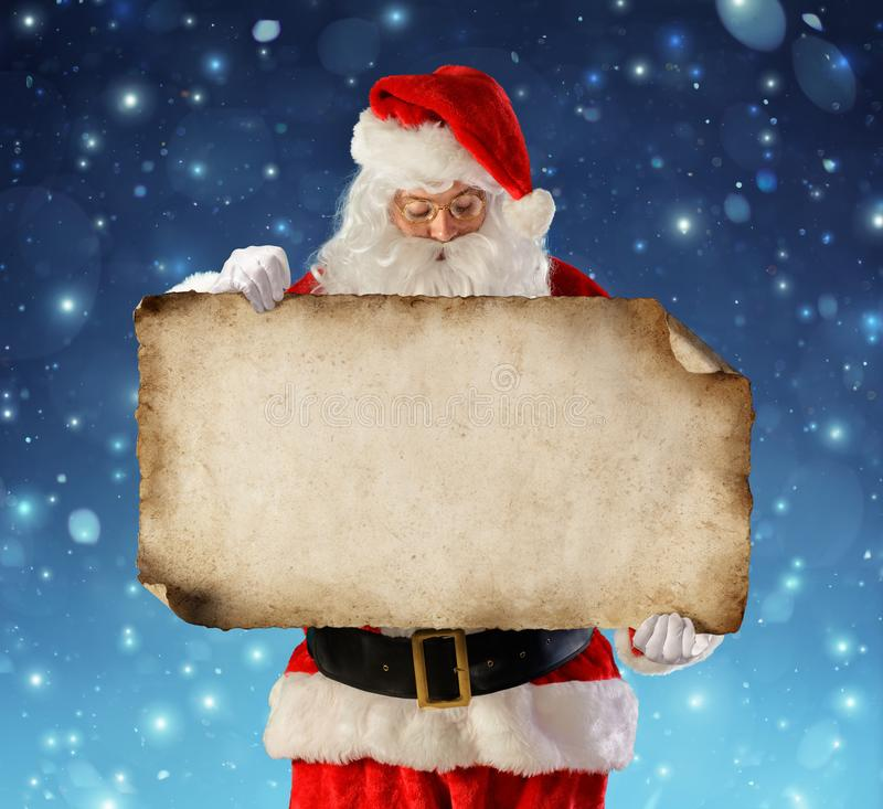 Santa Claus avläsningsönskelista fotografering för bildbyråer