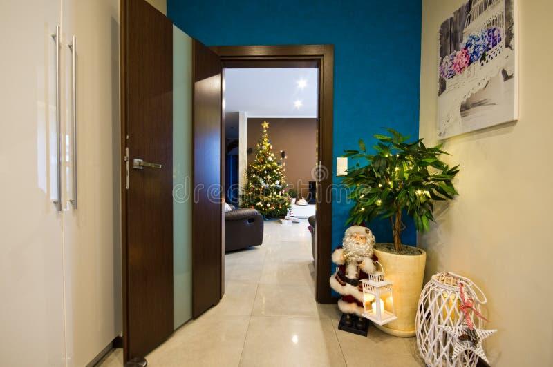 Santa Claus-beeldje in de hoek van de zaalruimte royalty-vrije stock fotografie
