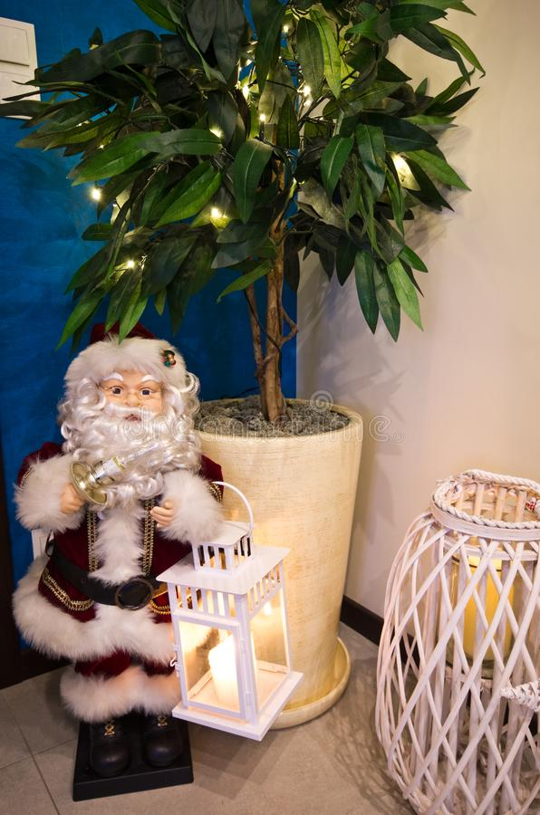 Santa Claus-beeldje in de hoek van de zaalruimte stock afbeeldingen