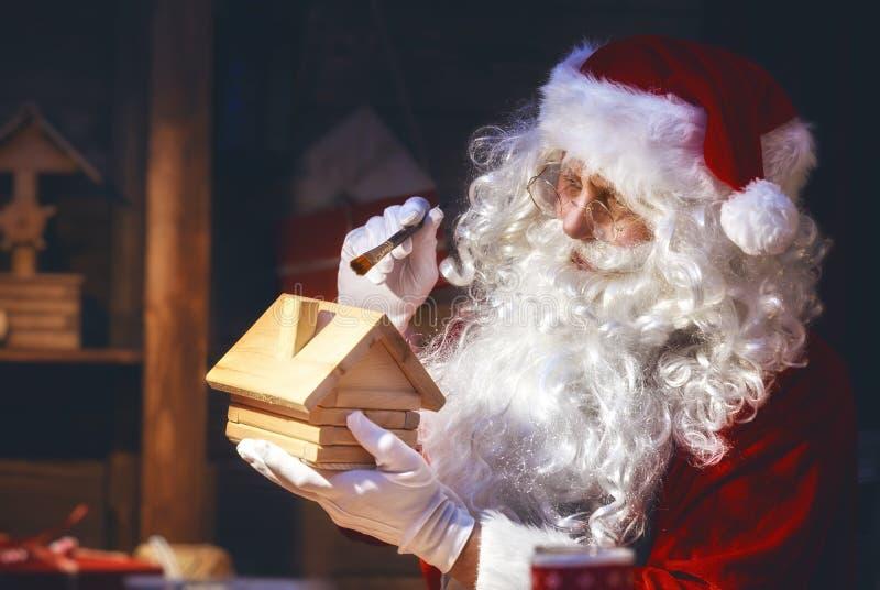 Santa Claus bereidt giften voor royalty-vrije stock foto