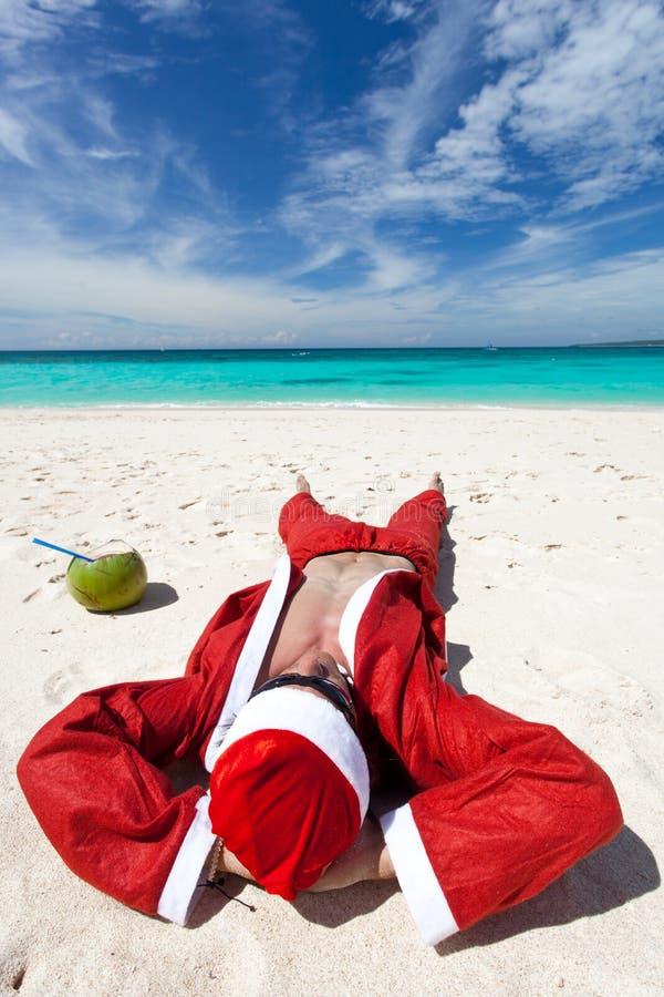 Santa Claus bij strand het ontspannen stock foto's