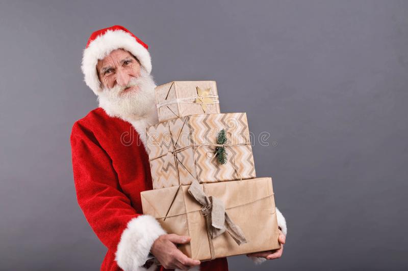 Santa Claus Carries muitos presentes imagem de stock royalty free