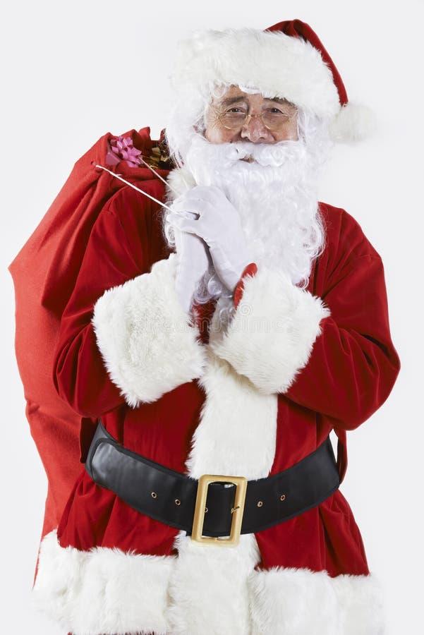 Santa Claus Carrying Sack Filled With-Geschenke lizenzfreies stockfoto