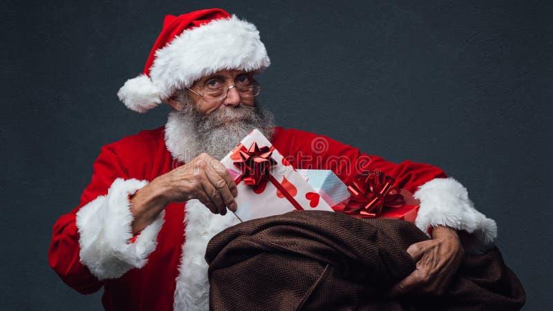 Santa Claus che porta i regali fotografia stock libera da diritti