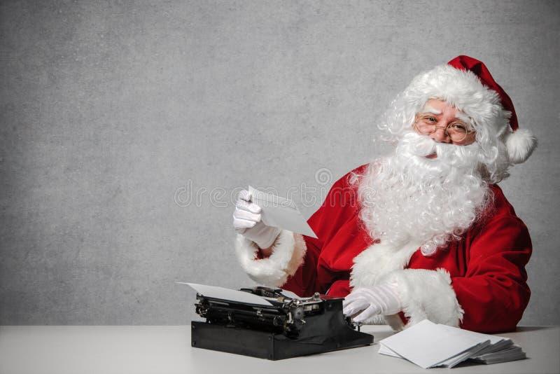 Santa Claus che risponde alla sua corrispondenza fotografie stock libere da diritti