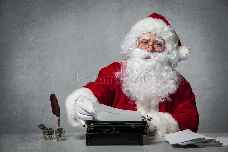 Santa Claus che risponde alla sua corrispondenza immagini stock libere da diritti